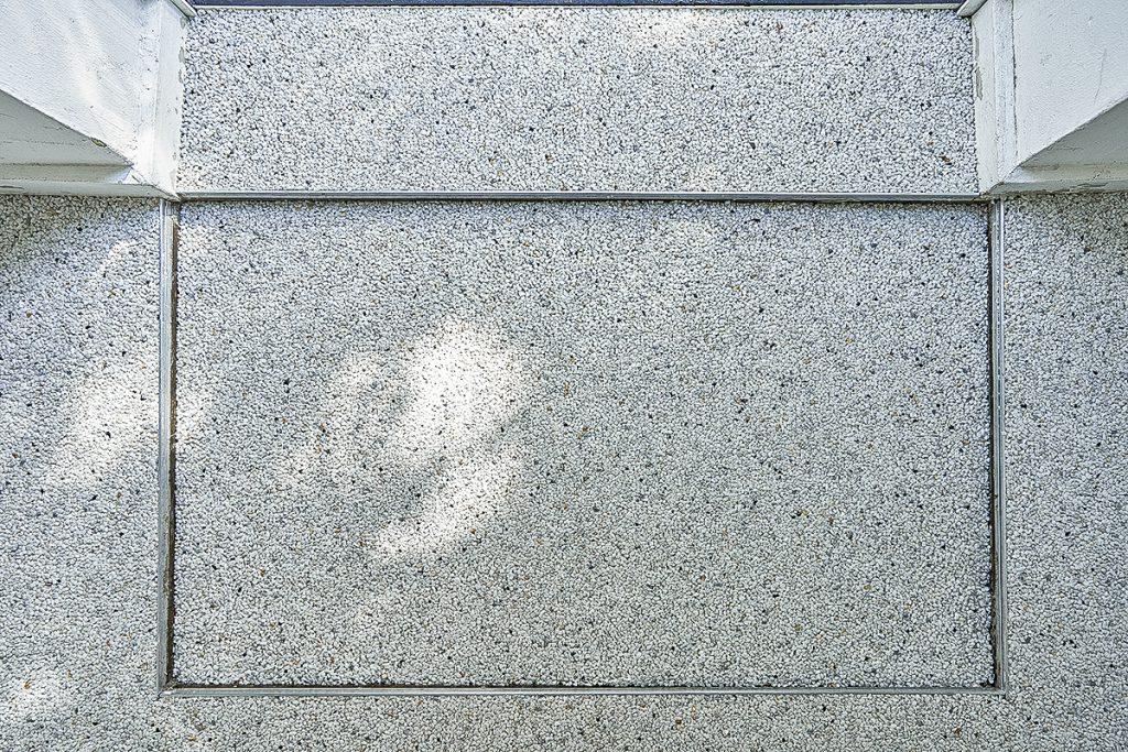 Steinteppich in einer Vertiefung im Boden, die eine Fußmatte aufnimmt. Sehr schön der Abschluß, durch die von uns angebrachten Abschluss-Leisten.