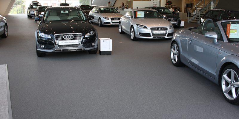 Bodenbelag in einem Autohaus. Ein Beispiel für die Eleganz und die Beständigkeit unserer Steinteppiche.